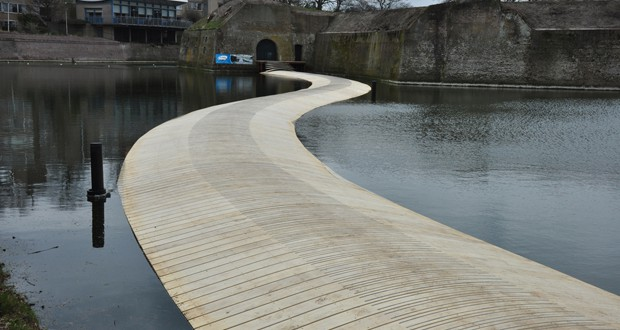 Змиулест пешачки мост го следи стариот пат на чамците до тврдината