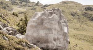 Колиба во форма на карпа успешно камуфлирана во швајцарските Алпи