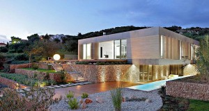 Куќа на островот Паг со импресивен двор