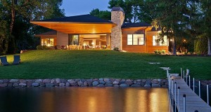 Куќа покрај езеро