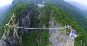 Кинезите пуштија уникатен стаклен мост а веќе планираат и нов, четири пати поголем од овој