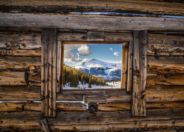pogled-niz-prozorec
