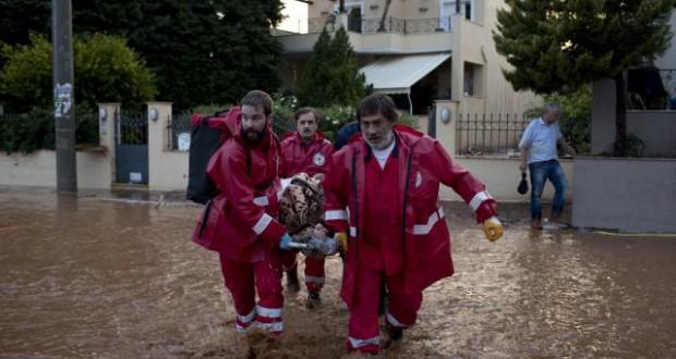 Најмалку 15 лица загинаа во силните поплави во Атина