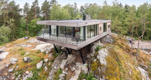Куќа која балансира на карпа