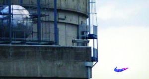 """Екотероризам ; """"Супермен"""" од Greenpeace слета во нуклеарна централа во Франција"""