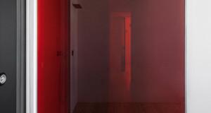 Минималистички стан станува црвен на зајдисонце