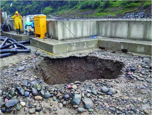 31 Ponor vo gradežna jama poradi podzemna erozija (HEC Kirnati, Gruzija)