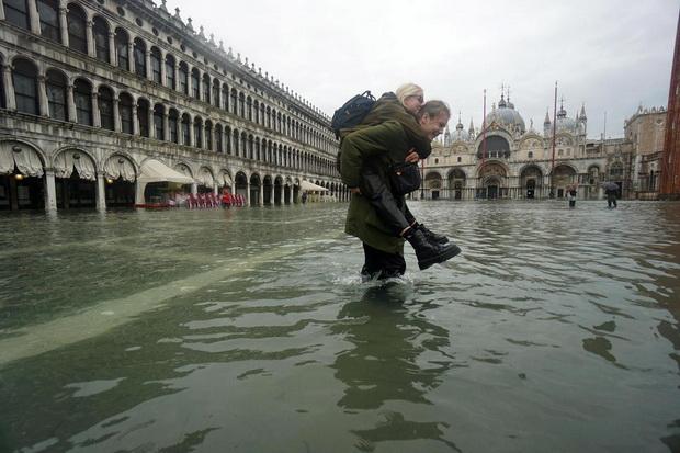Венеција под вода, туристите во чизми