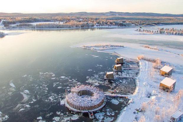 Гнездо на вода: Лебдечки хотел инспириран од птици и дрвја