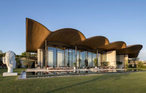 Рачно изработен брановиден дрвен покрив на луксузна вила
