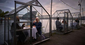 Стаклени сепареа за социјално растојание во ресторан