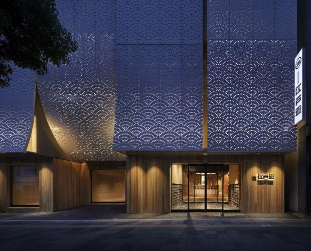 Фасада што имитира завеси, но го крие и спојот на две згради