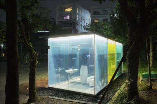 Јавни тоалети во Токио со транспарентни стаклени ѕидови (видео)