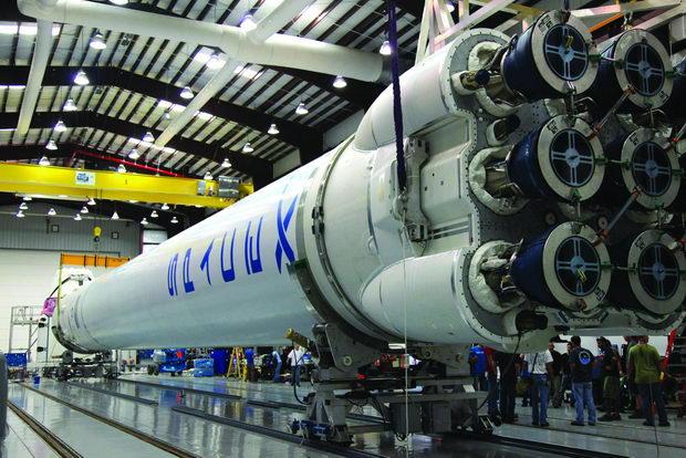 Falcon 9 pred podgotovkite za lansiranje vo Kejp Kanaveral