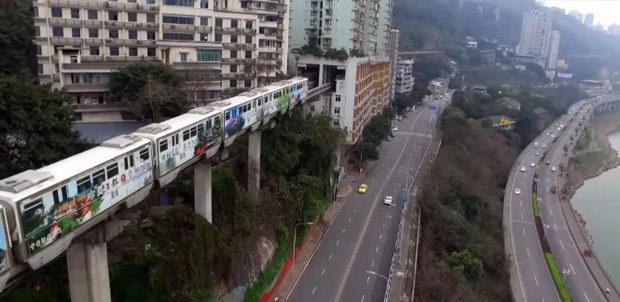 Воз кој минува директно низ станбена зграда стана светска атракција (ВИДЕО)