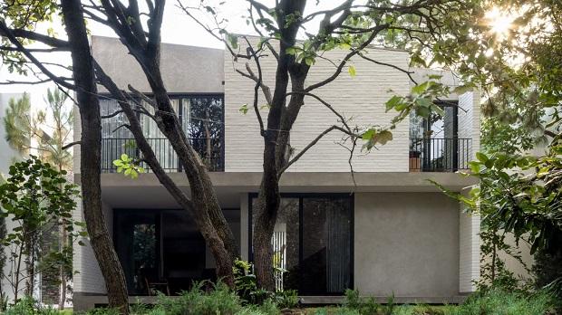 Куќа меѓу дрвја