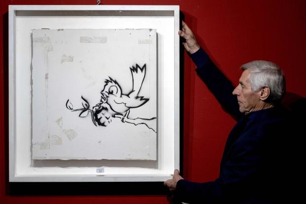 """Сликата """"Птица со граната"""" на Банкси, продадена за 170.000 евра"""