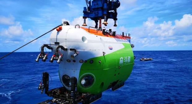 Кинеска подморница со екипаж стигна до најдлабокото место на Земјата (видео)