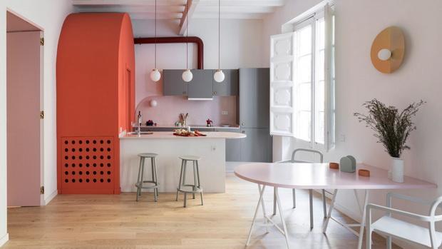 Темносини волумени и розева бања редефинираат стан во Барселона