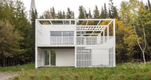 Куќа опкружена со зеленило и диви цвеќиња