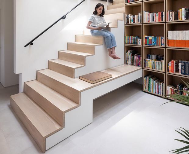 Библиотека со двојна висина во реновирана куќа во Ванкувер