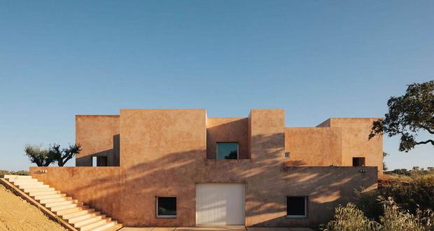 Црвено пигментирана куќа, налик на замок во сушниот предел на Португалија