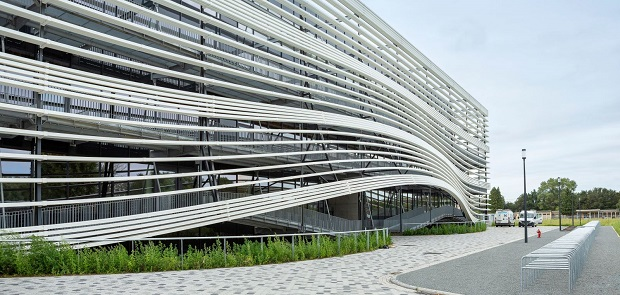 Универзитетска зграда што комуницира со својата околина