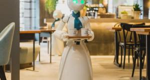 Иднината пристигна – роботи во кафуле во Јапонија (видео)