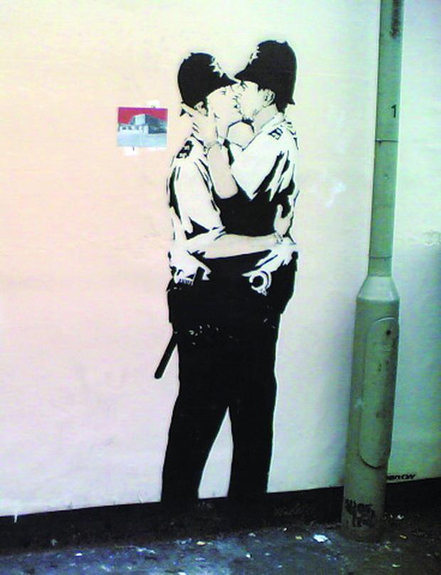 Banksy_Kissing_Policemen_resize