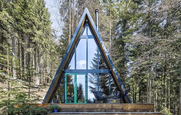 Шумска колиба од седумдесеттите години претворена во викенд куќа од 21 век