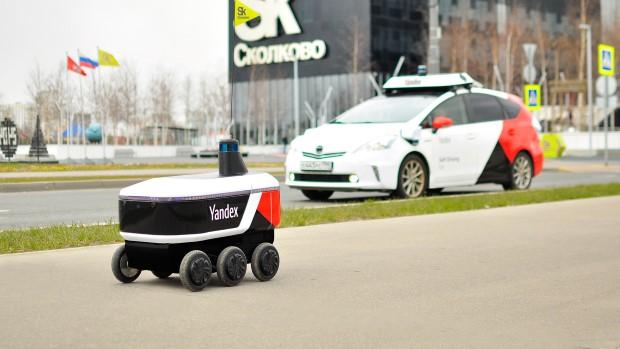 Роботи на тркала започнаа со достава на пошта во Москва